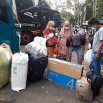 Sejumlah warga yang hendak mudik memadati terminal bayangan Cimanggis, Tangsel sebelum larangan mudik diberlakukan.