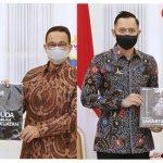 Anies Baswedan Beri Buku Potret Jakarta 2020, AHY Beri Kaos Muda Adalah Kekuatan