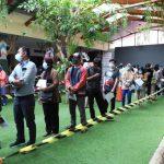 Antrean warga yang hendak divaksin di Kota Tangerang