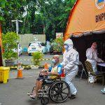 Petugas mengantar pasien ke ruang IGD tambahan di RSUD Bekasi, Rabu, 23 Juni 2021. Tenda digunakan sebagai ruang perawatan tambahan karena keterisian tempat tidur pasien penuh akibat lonjakan kasus COVID-19. (ANTARA)