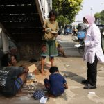 Mensos Tri Rismaharini saat berdialog dengan pemulung di kawasan Matraman, Jakarta, beberapa waktu lalu. Foto: Dok/Kemensos