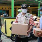 Walikota Tangerang Arief R Wismansyah membagikan bantuan sembako untuk warga yang tengah isoman.