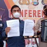 Kapolres Gowa, AKBP Tri Gofarudin, saat memperlihatkan laporan dan barang bukti, di Mapolres Gowa, di Kabupaten Gowa, Sulawesi Selatan, Kamis, 15 Juli 2021. (Foto: Medcom.id)