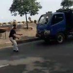 Tangkapan layar konten TikTok remaja ditubruk truk