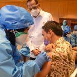 Menteri Perhubungan (Menhub) Budi Karya Sumadi meninjau langsung proses pelaksanaan vaksinasi bagi pegawai Kemenhub untuk tahap pertama di kantor Kemenhub, Jakarta, (Foto: Dephub.go.id)