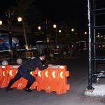 Petugas menutup jalan masuk wilayah kota saat masa perpanjangan Pemberlakuan Pembatasan Kegiatan Masyarakat (PPKM) berbasis mikro di Kota Madiun