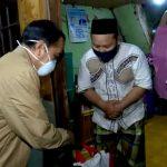Presiden Jokowi membagikan sembako dan paket obat secara langsung kepada warga di kawasan Sunter Agung, Jakarta Utara, Kamis 15 Juli 2021 malam. (Foto: istimewa)