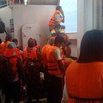Proses evakuasi penumpang kapal feri Gunas 8 yang terbakar di perairan Selat Bangka. (iNews)