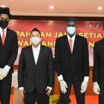 Tiga pemain asing, Dame Diagne, Serigne Modou Kane, dan Marques Bolden seusai diambil sumpah sebagai warga negara Indonesia (WNI) di Aula Lantai 4 Kantor Wilayah Kementerian Hukum dan HAM DKI Jakarta, Senin,19 Juli 2021. (Foto: Istimewa)