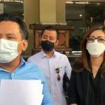 dr Louise Kartika (kanan) dan kuasa hukumnya, David Kaligis (dua kiri) memberikan pernyataan di Polda Metro Jaya, Kamis (15/7).  Foto: Dok. Istimewa