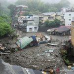 Tanah longsor melanda kawasan Izusan, Atami, Jepang, Sabtu (3/7/2021). Kejadian itu diakibatkan oleh curah hujan tinggi di kawasan tersebut. ANTARA FOTO/ Kyodo/via REUTERS/foc.